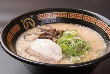 こってりが苦手な方でも食べやすい、あっさり風味で細麺が特徴的な『白ラーメン』