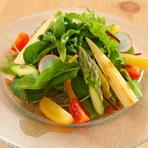 農家から直接仕入れる、四季折々の新鮮な旬の野菜をたっぷりいただけます。「医食同源」を意識した食材へのこだわりは、水・肉・野菜すべてに共通しています。季節ごとに変わる野菜のラインナップにも注目です。