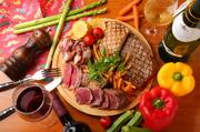 【テンパール】自慢の厳選肉を盛ったプレートが登場! 美味しいワインを片手に、ガッツリと肉を頬張るのはいかがですか。ハーフサイズも用意されており、少人数でも楽しめます! ハーフ 1890円