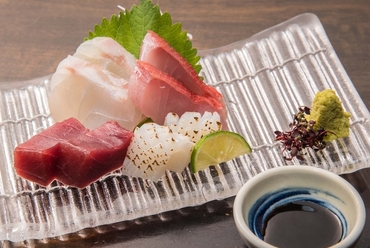 多種多様に仕入れた鮮魚の中から厳選。旬を味わう『ええとこ盛り(4種2切)』