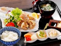 鶏前菜3種盛り、野乃鳥特製うま唐、グリーンサラダ、汁物、白ご飯