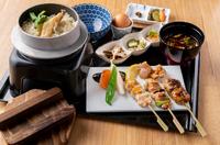 鶏前菜3種盛り、焼き鳥3種、グリーンサラダ、鶏釜飯、播州百日どり唐揚げ(1個)、汁物