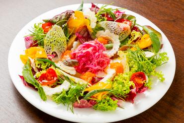 和食の炊き合わせの様に一つ一つ丁寧に調理した拘り6色夏野菜を贅沢にたっぷりと盛り付けたブーケサラダ