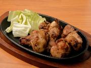 光の当たる平飼い鶏舎で、100日かけてじっくり育てられる兵庫県の銘柄鶏「播州百日どり」。朝引きした新鮮な肉を炭火で丁寧に焼き上げた逸品です。オリジナルブレンドの塩と胡椒でいただきます。