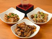 締まった肉質で、噛めば噛むほど口の中に旨味が広がる親鳥(ヒネ)。こんがり焼いて、さっぱりとした「ひねポン酢」、タレか塩から選べる「ヒネもも肉」、ガーリックの効いた「ヒネももネギ」で提供しています。