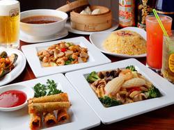 バンバンジー、チンジャオロース、餃子、麻婆豆腐、五目チャーハンなどボリュームたっぷり中華と飲み放題。