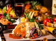チーズとトマトソースに、鶏肉の旨みがかけ算された『熟成チキンのトマトチーズ鉄板焼き』