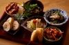 旬のお野菜を多種多様に盛り込んだおばんざい7種とおすすめの一品のお手軽なコースです。