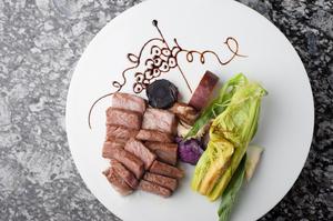 目の前で焼き上げる、とろける美味しさの『特選黒毛和牛 サーロインステーキ』
