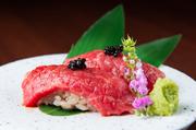 尾崎牛を握りで食べられる一品。肉との相性を考えたシャリはさっぱりとしており、いくらでも食べられそう。上に乗せたキャビアの塩味は肉の甘みと融合し、絶妙な味わいを醸します。