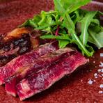 発酵熟成という製法で30日~45日寝かせると、肉質が柔らかくなるだけでなく、旨みが増して脂の口溶けが良くなり、ほどよい熟成香も感じられます。薪火グリルで焼き上げれば、薫香が肉の味わいを一層引き立てます。