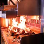 西日本初となる、アメリカ製の貴重なグリルを導入しました。薪を使用することで水分を含んだ薫香が肉をまとい、柔らかくジューシーに仕上げることができます。