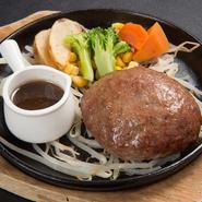 割れば肉汁が溢れ出す、牛肉100%使用のハンバーグは、シンプルかつボリュームがあり、人気の高いメニューです。ソースは醤油ベースの味で酸味があり、あっさり食べられるようになっています。