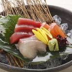 鮮度抜群の旬魚の刺身盛り合わせ。3種の他、6種、8種もあるので、内容や人数で選べます。帆立やウニなどの高級食材を惜しげもなく使用した、コストパフォーマンスに優れた逸品です。