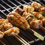 一串ずつ丁寧に炭火でじっくり絶妙に焼き上げて、絶品のタレで味付けしてあります。旨みのある厳選された国産の銘柄鶏を使用しているので、素材の良さをじっくりと味わえます。