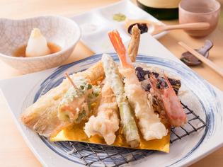 揚げ油や調味料も素材ごとに変わる『店主厳選 本日の天ぷら』