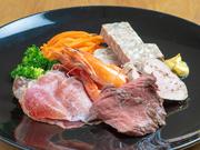 サーモンや鯛など、旬の魚を使ったカルパッチョ、生ハム、ハーブシュリンプなど、その時々の季節の味わいを、一皿で堪能できる人気メニュー。