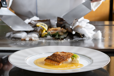 蒸し焼きでふっくらとした魚の美味しさを堪能『季節の魚の塩釜焼』