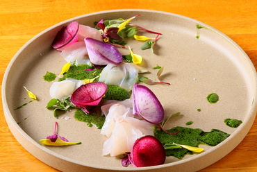 近海の魚介で織りなす『青柳市場より本日の鮮魚のカルパッチョ』