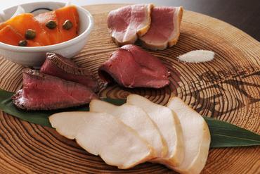 ご宴会コースで楽しめる鶏もも肉の燻製