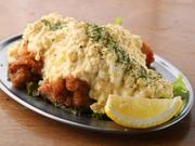 お店で調合した南蛮タレとタルタルソースを使用し、チキン南蛮発祥の地とされる宮崎県の本場の味を再現。ジューシーに仕上げた鶏肉に風味豊かな南蛮タレが絡み、卵たっぷりのタルタルソースをかけて仕上げています。