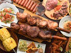 牛肉や豚肉が食べ放題で楽しめます♪さらに数十種類のお野菜やフルーツが楽しめるサラダバーもご用意