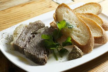 お酒のすすむ一皿。牛肉と野菜の旨みをしっかり閉じ込めた『自家製コンビーフ』
