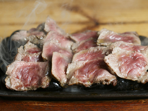 熱々の石に乗った、とろけるお肉を好みの焼き加減で味わえる『サーロイン』