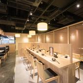 博多駅から徒歩2分。天井の高い開放的な店内でおくつろぎ下さい