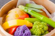 その季節ならではの新鮮な野菜を盛り込んだ華やかなサラダ。長沼町の信頼の置ける農家から仕入れた朝採れ野菜を使用しています。テーブルを明るく彩ってくれる一皿。特に夏は野菜の種類も多く、おすすめです。