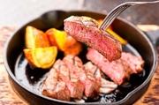 赤身と脂身のバランスが抜群の「しまざき壮健牛」を贅沢にステーキで。絶妙な焼き加減で、肉の旨みを凝縮した逸品です。シンプルに塩をつけていただけば、肉そのものの味わいをより一層強く感じられます。