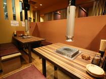 飾り気もなくシンプルな店内。各テーブルとも排煙はバッチリ!