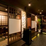 各個室は4~5名様までの入室ですが、隣接している間の仕切りを取り払えば一部屋として利用できます。20名~30名様まで入室可能となるので、大人数での宴会・パーティもぜひ。