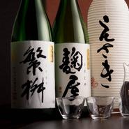 全国各地から日本酒を仕入れつつ、九州の地酒も多く扱っている【なべや えさき】。スッキリとした口当たりの日本酒は、牛肉の甘みを引き立ててくれます。福岡県八女が蔵元の『繁桝』は、試してほしい一品です。