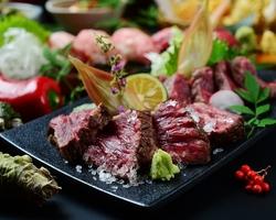熟成厚切り豚肩ロースの岩塩焼きと当店人気の名物和牛肉チラシ寿司をお楽しみください