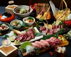 """◆馬刺し◆熟成牛レアステーキ◆和牛チラシ寿司と、3大肉料理がついた、まさに""""肉づくし""""のプランです"""