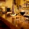 美味しい肉料理とワインが、楽しいデートをサポート