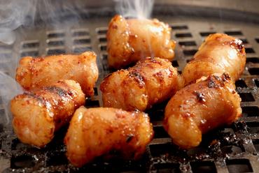 トロッとした食感で、口中に旨みが溢れる『牛コロホルモン ニンニク味噌』