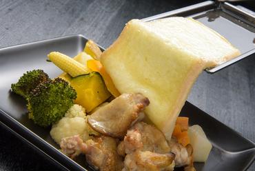 鶏肉・野菜・チーズのコラボレーションが奏でる美味しさ『赤鶏と彩り温野菜のラクレットチーズがけ』