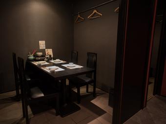 上品な雰囲気の個室で、ビジネスシーンでの接待や会食を