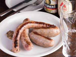 ナイフを入れた瞬間、飛び出す肉汁に大興奮! 『Assorted Sausage ソーセージ盛り合わせ』