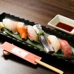 何が出るかはお楽しみ。旬の海の幸が載った『おまかせ寿司』※写真は六貫です。