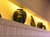 伝統工芸品がディスプレイされた、落ち着きのあるインテリア
