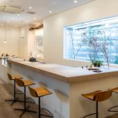 料理が完成される過程を眺められるカウンターは特等席