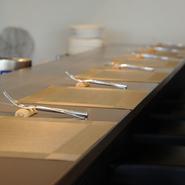 季節の食材や二人の好みに合わせ、スペシャルなコースプランにアレンジしてくれます。シェフとの会話を楽しめるカウンター席や、ゆったりとしたテーブル席など事前に座席のリクエストがおすすめ。
