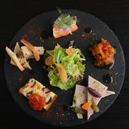 調理法や味付けなどそれぞれ異なる美味しさが散りばめられた、季節の野菜や魚介を使った前菜。ワインのお供はもちろん、ここから始まる自分好みのコースアレンジも楽しめる一皿です。