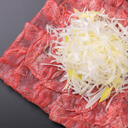 肉割烹だからこその一品! こだわりの『ローストビーフ~冷製サラダ添え~』