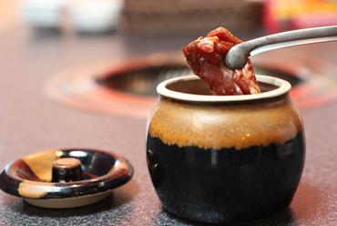 自家製ダレがしっかりと滲みこんだ、程よい脂と柔らかい肉質が特徴の『壺漬けカルビ』