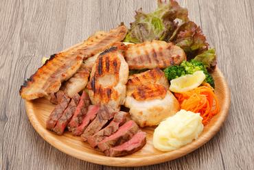 3~5人でシェアできる、ボリューム満点なお肉好きのための皿『ワイルド肉盛りプレート』
