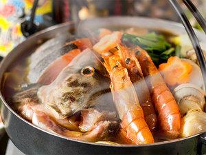 海の幸をふんだんに使用。やみつきになる辛さが堪らない『赤辛海鮮鍋』